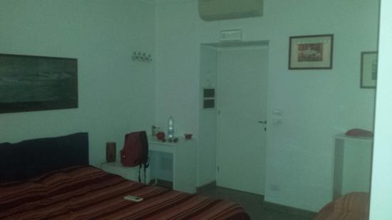 Affitta Camere l'Ancora : La camera n°2 e il bagno