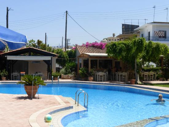 Lefka Apartments: the lovely pool with bar/restaurant