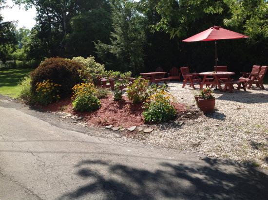 Willows Motel: Great outdoor places to relax.