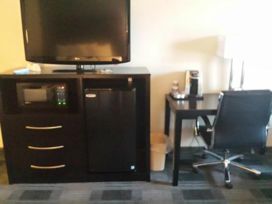 BEST WESTERN Hartford Hotel & Suites : frig, microwave - which had two additional plugs built into it - plus big flat screen tv