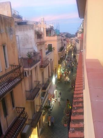 Hotel Del Corso: Night view of Corso Umberto from the rooftop dining area