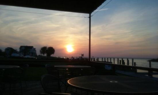 Tilghman Island Inn: Sunset view from outdoor bar