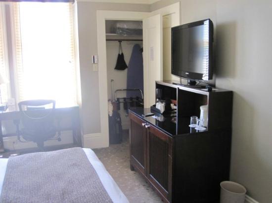 blick zum sideboard mit fernseher hinten der kleiderschrank picture of handlery union square. Black Bedroom Furniture Sets. Home Design Ideas