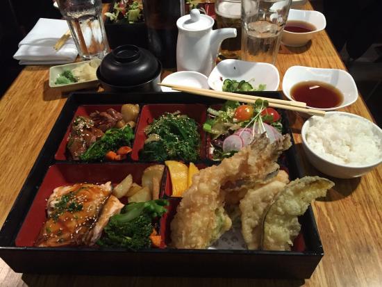 Ebisu : Bento combo 2 : boeuf et saumon teriaki avec tempuras de légumes, soupe miso, riz et salade de c