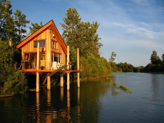 Genial Columbia Wetlands Outpost: Cabin On The River