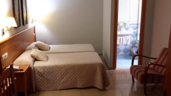 Hotel Goya: Room and bathroom