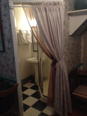 A Sentimental Journey Bed and Breakfast: The clean bathroom in our upstairs room.