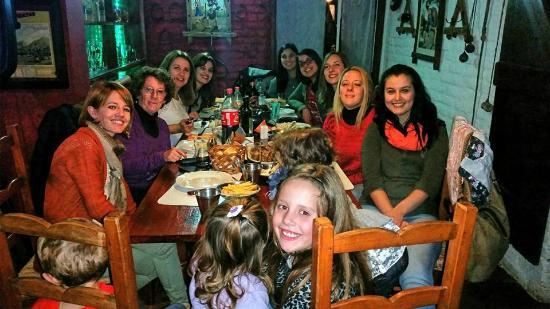 Los Dos Reales: mesa de chicas, cena parrilla