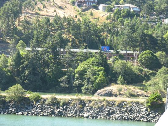 ‪‪Motel 6 Gold Beach‬: View of Motel 6 from bridge‬