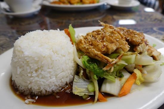 Thai Sawatdee: チキンの料理(7ドル弱)
