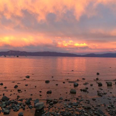 Americas Best Value Inn-Tahoe City/Lake Tahoe: Evening View of Lake at Commons Beach Park Across from Hotel