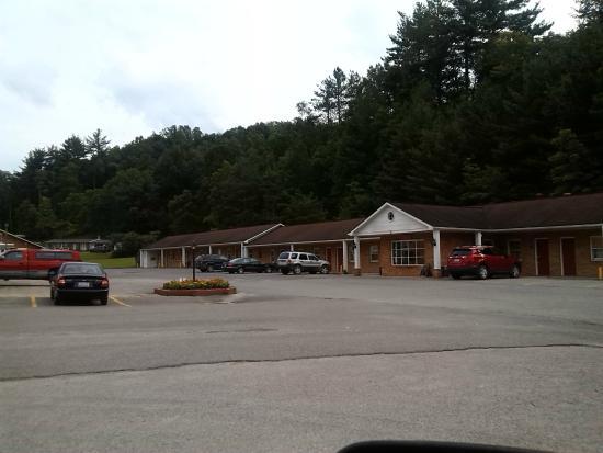 Elkins Economy Inn: exterior