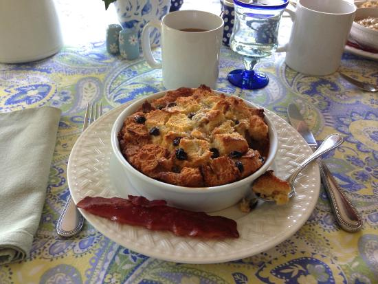 Meadow Gardens Bed and Breakfast: Wendy's out of this world bread pudding and turkey bacon!
