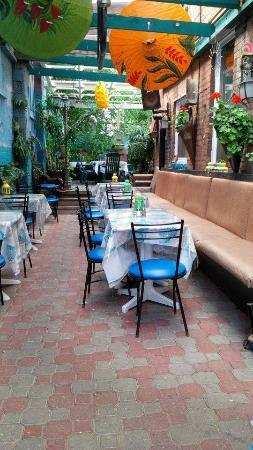 Coco Jarry's: Coco Jarrys' patio garden.