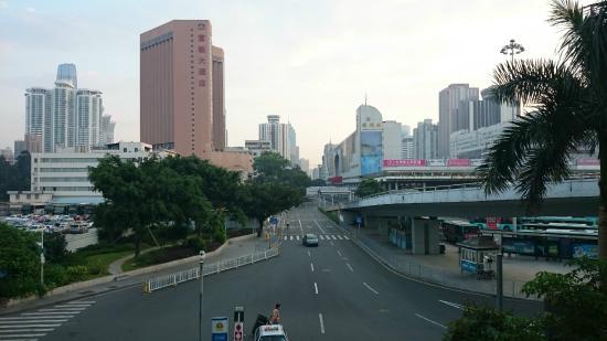 Best Western Shenzhen Felicity Hotel: 페리항으로 가는 육교위에서본 호텔전경