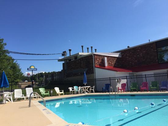 Days Inn Liberty: Poolside on a Saturday morning.