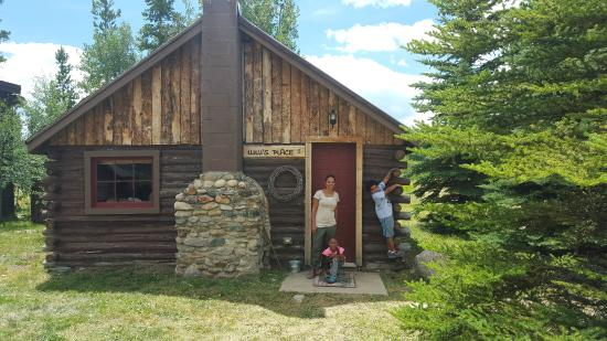 Attirant Colorado Cabin Adventures: Family In Front Of The Cabin They Loved