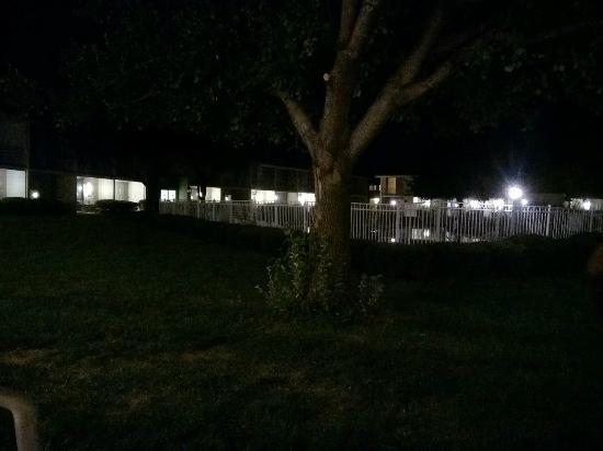 Howard Johnson Inn Harrisburg: pool at night