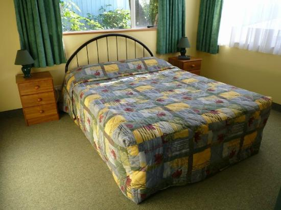 Nugget View & Kaka Point Motels: queen bed 2 bedroom unit