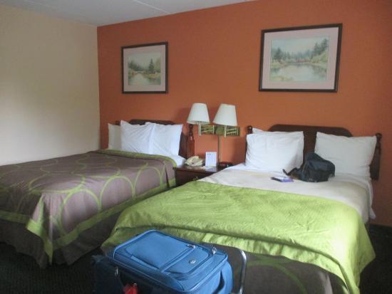Days Inn Lenox: Room is a good size