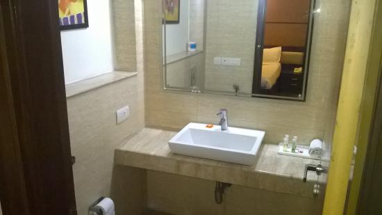 Karon Hotels Lajpat Nagar: Nice Bathroom