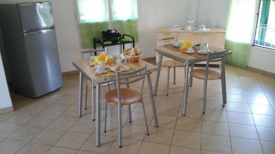 Salvia & Rosmarino B&B : i tavoli per la colazione