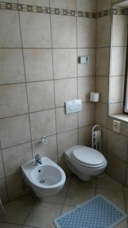 Hotel Cassana: Panoramica hotel, letto e bagno.
