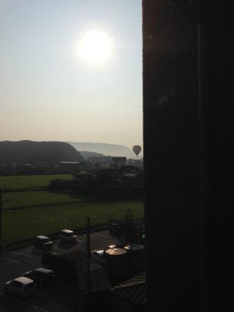 Aso Plaza Hotel : 朝、部屋の窓から。熱気球の姿が見えました。乗