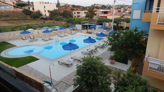 Alkion Hotel: Widok z balkonu na inny hotel