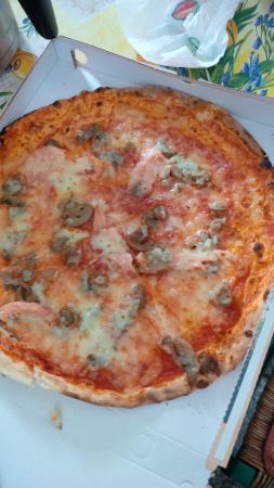 pizza pauvre en saumon - Picture of Pizzeria La Terrazza, Mergozzo ...