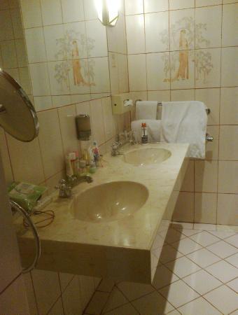 Altwienerhof: double basins in bathroom