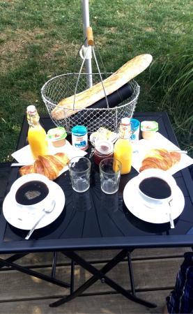 Les Cabanes de Do: Alfresco petit-déjeuner