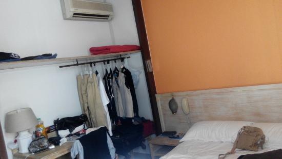 Hotel Amaryllis: Habitacion con supuesto armario... que no hay.