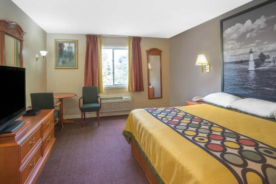 Super 8 Kingston: King Suite