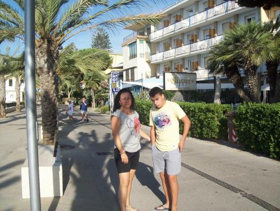 Svizzera Hotel: En el paseo de la playa junto al hotel