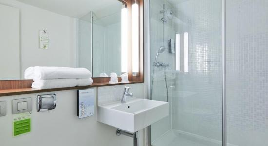 Salle de bain douche à l\'italienne - Photo de Campanile Senlis ...