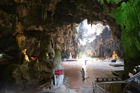 ทางเดินไปยังเขาวัง - Picture of Khao Wang (Phra Nakhon Khiri Historical Park)...