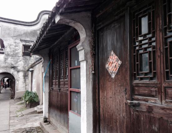 Huzhou, Cina: Bai Jian Lou - Scenery from the old houses nearby the river.