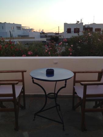 Avra Pension: Terraza individual que corresponde a la habitación
