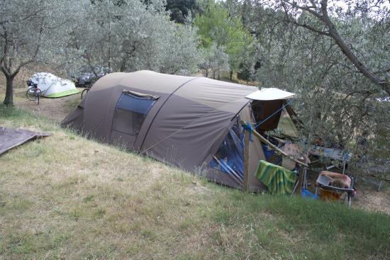 Civitella del Lago, อิตาลี: Onze kampeerplaats met daarachter nog de extra tent van onze dochter