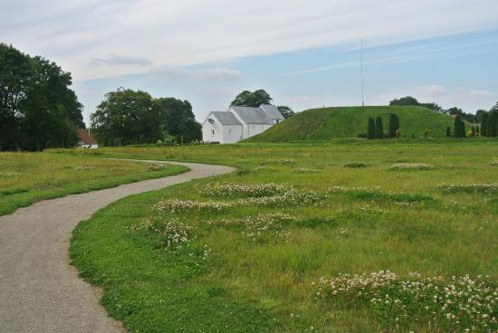 Jelling, Denemarken: North mound and church, August 2015