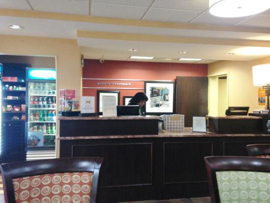Hampton Inn Long Island/Commack: Front desk
