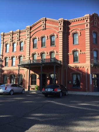 Fort Benton, MT: Wonderful hotel with great style on the Missouri. No cell service, but wifi ok in certain areas.