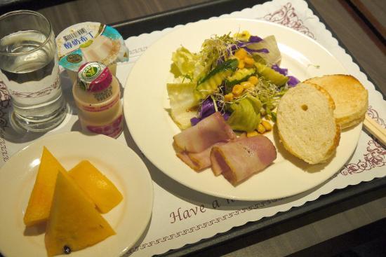 Tokyo International Hotel: 1日目の食事 サラダにベーコンなどのオーソドックスなもの