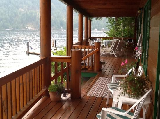 Sunflower Inn B&B: Front porch overlooking water