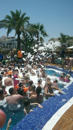 Hotel & Spa Benalmadena Palace: Foam party in the pool