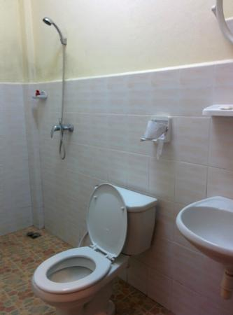 Inthasak Guesthouse: Washroom