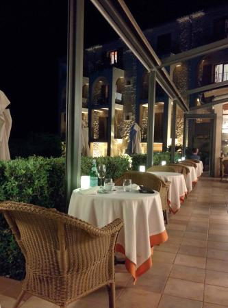 Cal Bisbe Restaurant : Terrasse et vu des chambres