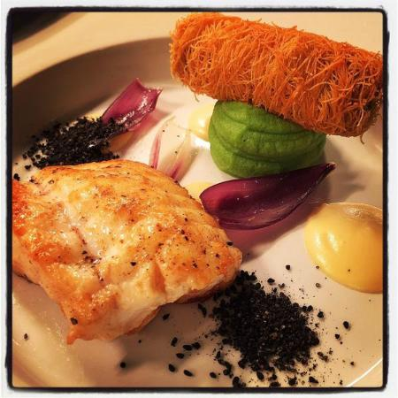 Donegal Town, Irland: Monkfish, braised beef in kataifi pastry, onion puree, chive mash served with a burnt onion cons
