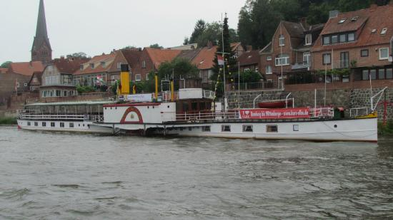 Lauenburg an der Elbe, Jerman: Paddle steamer Kaiser Wilhelm at her Lauenburg dock.